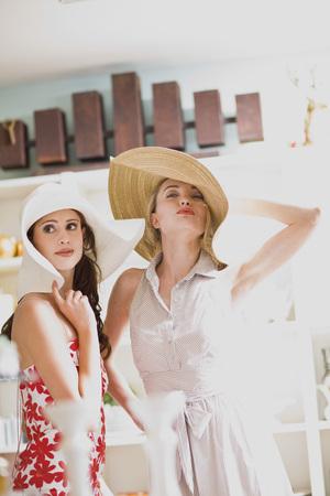 resolving: girls having shopping fun LANG_EVOIMAGES