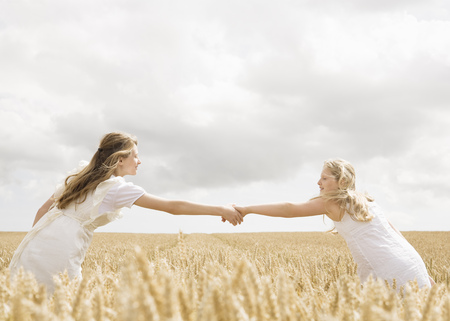 Girls in wheat field LANG_EVOIMAGES