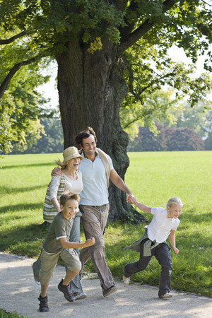 rejoices: A family walking in the park LANG_EVOIMAGES