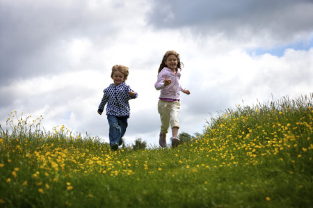 rejoices: 2 young children running.