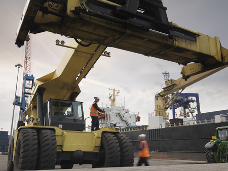 techniek: Port Workers With Container Grab