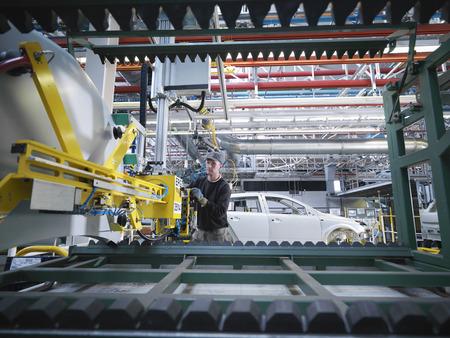 techniek: Auto Plant Arbeider Met Machines LANG_EVOIMAGES