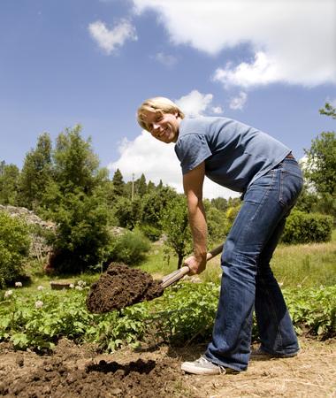 hombre cavando en el jardín LANG_EVOIMAGES