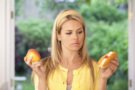 levantar peso: Mujer joven indecisa
