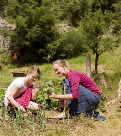 agachado: madre, hija, plantar, jardín