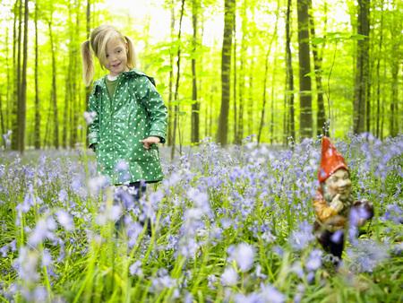 potěšen: Dívka se dívá na zahradní gnome