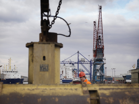 shipped: Port Worker With Pulleys And Cranes LANG_EVOIMAGES
