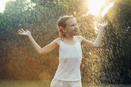 saturating: Girl standing in rain LANG_EVOIMAGES