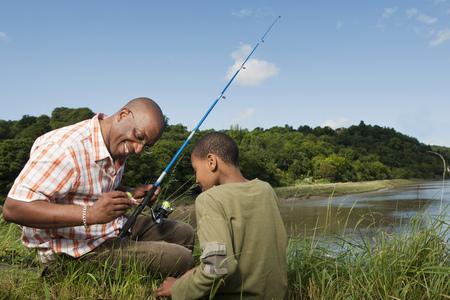 educacion ambiental: padre e hijo a pescar
