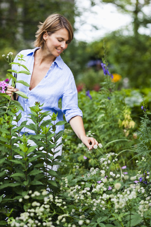 selections: woman in blue shirt gardening LANG_EVOIMAGES