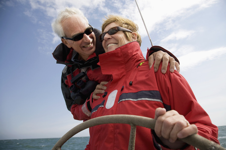 guides: Couple sailing yacht LANG_EVOIMAGES