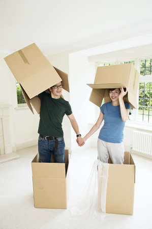 drawing room: A couple having fun with boxes LANG_EVOIMAGES