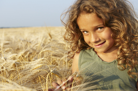 Girl in a wheat field LANG_EVOIMAGES