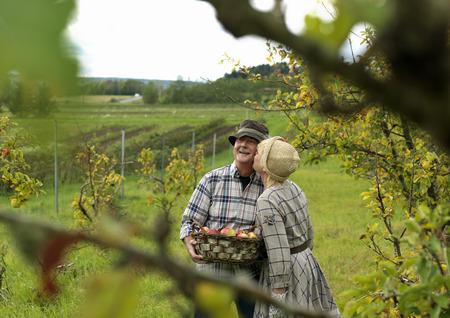 smooching: Woman kissing man in garden