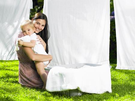 ahorcada: Madre e hijo abrazados en la lavandería LANG_EVOIMAGES