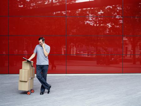 reconocimientos: Un mensajero entrega paquetes
