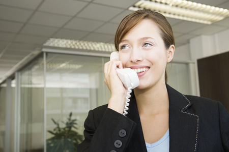 Business woman on the telephone LANG_EVOIMAGES