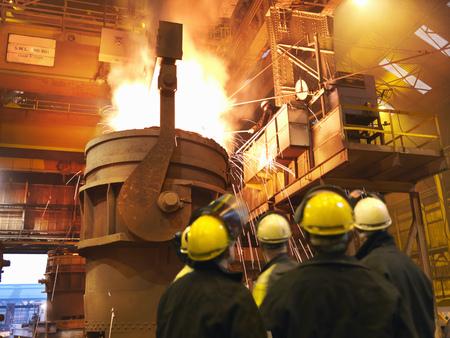 Stålarbetare som häller smält stål