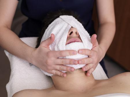 massage homme: L'homme recevant du massage pour faire face LANG_EVOIMAGES