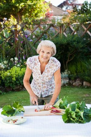 tend: woman preparing rhubarb. LANG_EVOIMAGES