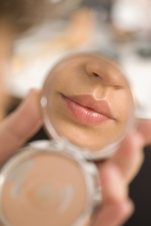 maquillage: Glossy Lips in a mirror