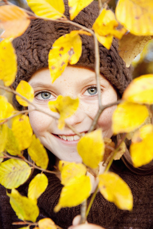 Girl behind a tree limb LANG_EVOIMAGES