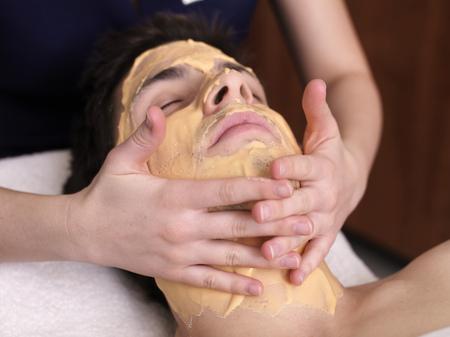 massage homme: Homme recevant du massage facial LANG_EVOIMAGES