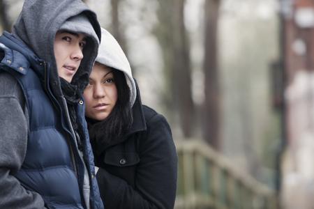 curare teneramente: Giovane coppia in inverno