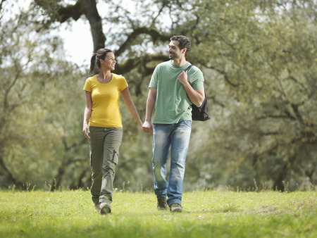 truelove: Man and woman walking hand in hand LANG_EVOIMAGES