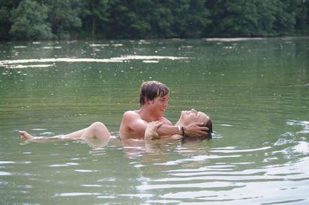 curare teneramente: Coppia amorosa in un lago LANG_EVOIMAGES