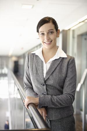 baranda para balcon: Young businesswoman smiling, portrait LANG_EVOIMAGES