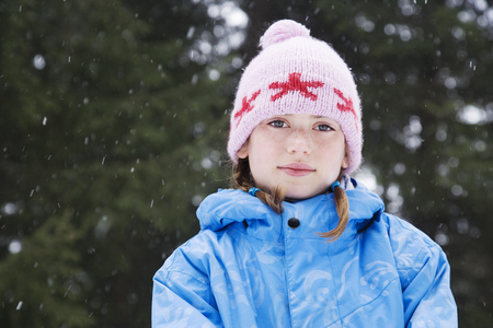 snows: Girl with wooly hat smiling LANG_EVOIMAGES