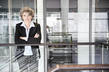 baranda para balcon: Businesswoman smiling, portrait LANG_EVOIMAGES