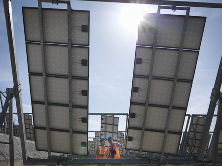 talker: Spanish solar power station with workers LANG_EVOIMAGES