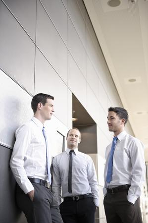 corridors: Business people having informal meeting LANG_EVOIMAGES