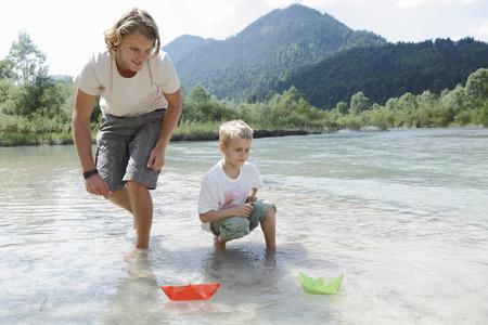 agachado: Tiempo libre por el río en las montañas