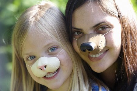 niños vistiendose: Madre, hija, llevando, máscaras LANG_EVOIMAGES
