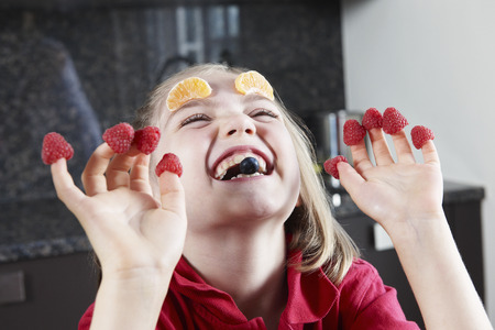 tonto: Chica jugando con la fruta
