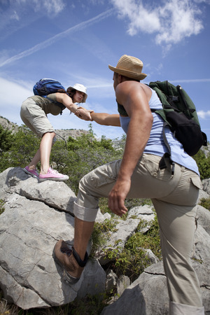 jeopardizing: Hikers helping each other LANG_EVOIMAGES