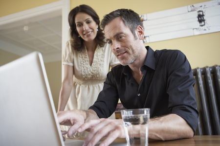 teleworking: Couple looking to computer LANG_EVOIMAGES