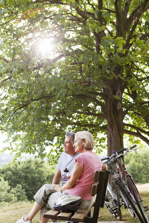 ceased: Couple having break on bench in park LANG_EVOIMAGES