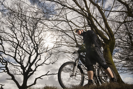 ceasing: Man with mountain bike in countryside