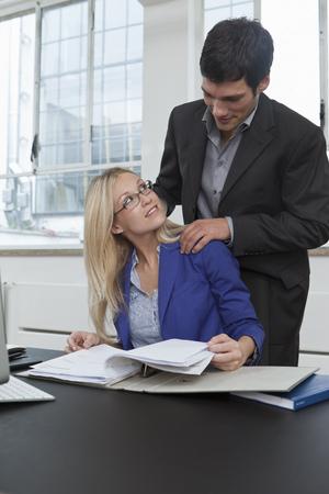 massage homme: Les partenaires commerciaux qui travaillent ensemble
