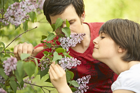 flowered: Young romantic couple in a park LANG_EVOIMAGES