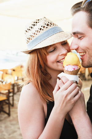 Young couple eating ice cream LANG_EVOIMAGES