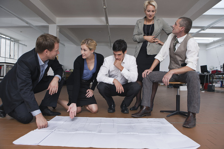 interrogations: Business team in a meeting LANG_EVOIMAGES