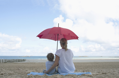 defended: Woman and son under a parasol LANG_EVOIMAGES