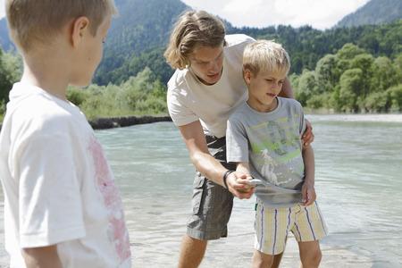 saltar: Tiempo libre por el río en las montañas