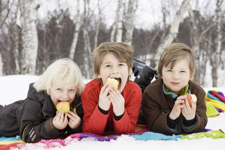morsels: 3 kids eating fruit LANG_EVOIMAGES