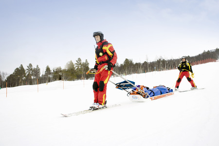 gurney: Two Rescuers in Piste
